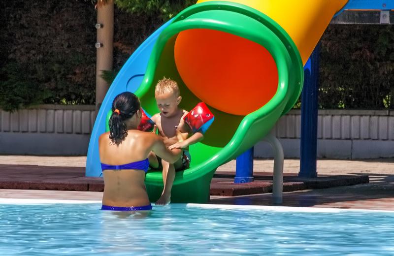 Villaggio rimini con piscina campeggio gatteo mare con for Piani di piscina gratuiti online
