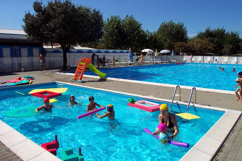 Camping adriatico con piscina adulti e piscina bambini for Piscina e maschile o femminile